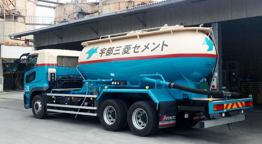セメント運搬車